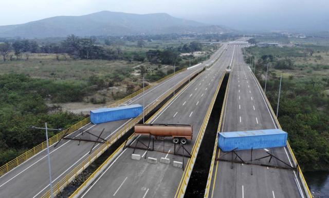 Contenedores y cisternas: FOTOS de la insólita guarimba chavista para impedir ayuda humanitaria