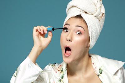 Οι επιστήμονες εξηγούν... γιατί οι γυναίκες βάζουν μάσκαρα με το στόμα ανοιχτό