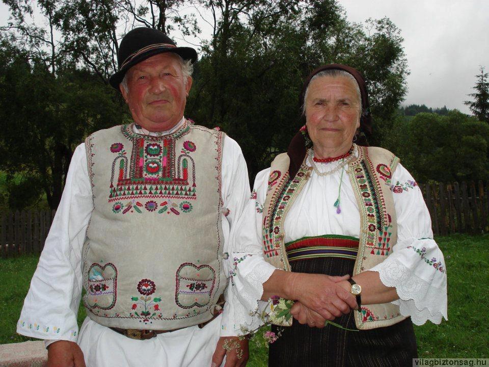 7ec837afc3 A csángó férfiviselet általában a moldvaihoz hasonló, de mind a posztó,  mind a vászonnadrág szorosabban tapad a lábhoz, s hozzá fekete bakancsot  hordanak.