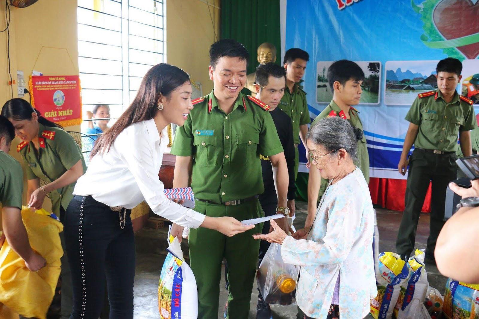 Hoa hậu Nhân ái Linh Huỳnh cùng đoàn CATPĐN chung tay góp sức với đông bào miền lũ