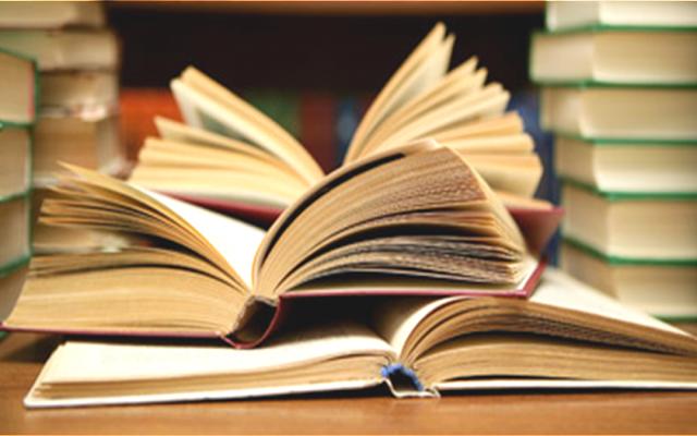 Livros em uma biblioteca