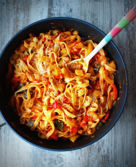 olej rzepakowy,miej wiecej oleju w glowie,pokochaj olej rzepakowy,tagliatelle,makaron,kuchnia wloska,parmezan,dania na jesien,kolorowa papryka,zdrowe jedzenie,cucina italiana,cukinia,curry,imbir,obiad