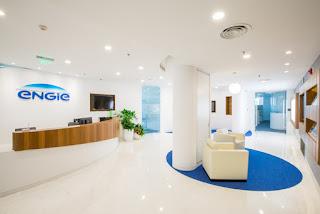 Màu xanh của logo công ty nổi bật trên nền không gian màu trắng của cả khu vực