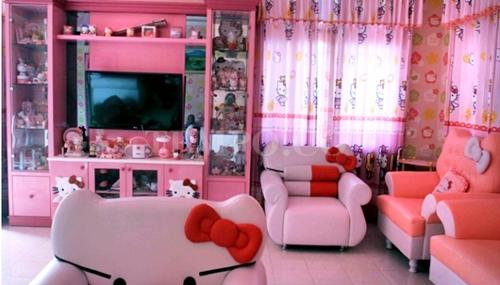 warna yang digunakan dalam ruang tamu konsep hello kity seperti contoh diatas memang sangat menggemaskan bukan terlebih ada beberapa perbuahan lain