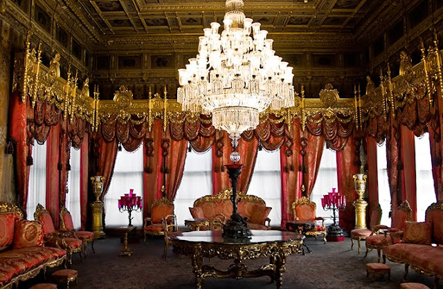 Lustres do Palácio Dolmabahce em Istambul na Turquia
