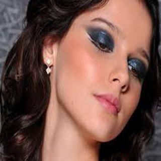 foto-de-mulher-fazendo-maquiagem-para-noite