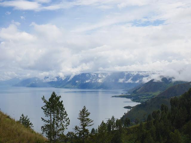 Pemandangan Danau Toba dari pinggir jalan <3