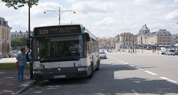 l 39 chelle de jacob versailles il menace les passagers du bus avec un couteau. Black Bedroom Furniture Sets. Home Design Ideas