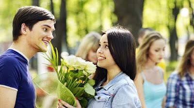 اشياء تجذب المرأة الى الرجل اللقاء العاطفى الاول..رجل يقدم ورود ورد الى حبيبته ازهار زهور man gave woman lover roses flowers date