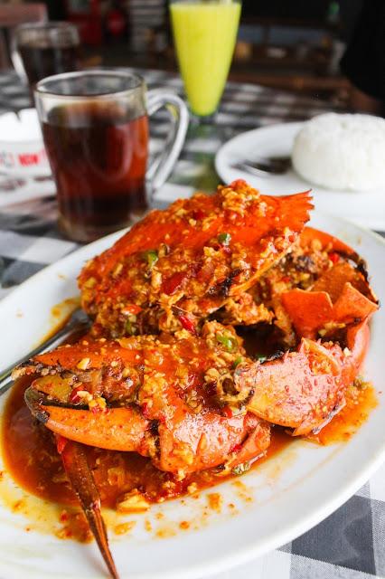 makan seafood di dapur basisir gado bangkong