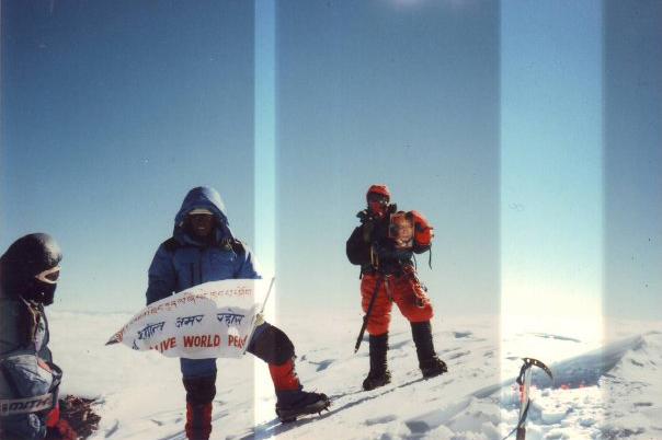 Clara Sumarwati dan Sherpa di atas gunung