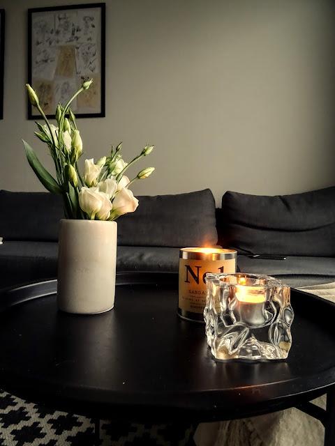 Marmorimaljakko, kynttilät, valkoiset kukat, tunnelma, big mamas home