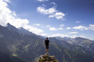 Seul sur le pic de la montagne