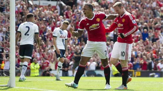 Depay (centro) comemora gol do United com Rooney