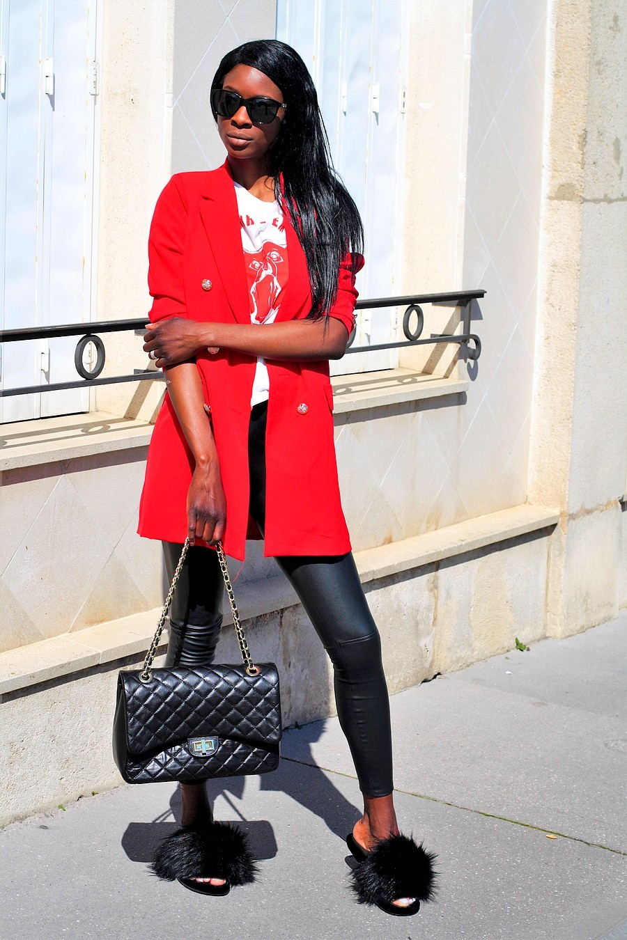 blazer-rouge-tregging-cuir-mules-fourrure-sac-chanel-jumbo-style