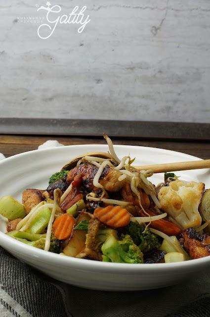 smazone-warzywa-na-bialym-talerzu