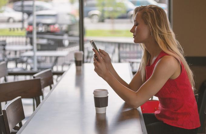 Sono le donne a sbirciare più spesso lo smartphone del partner