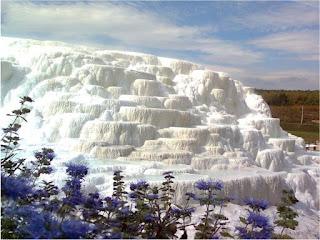 Термальная вода Эгера содержит природный кремнезем -SiO2, образующий  лунный пейзаж и дарующий молодость