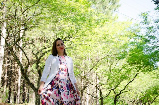 Vestido floral e blazer branco