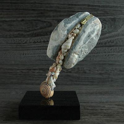 Monedero de piedra con conchas de mar.