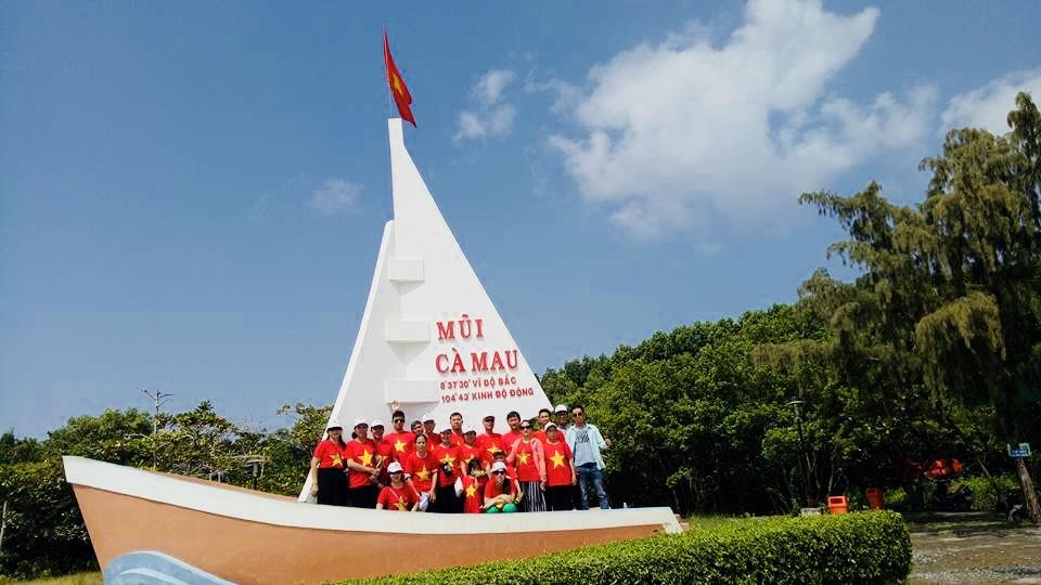Đoàn Thời Đại Việt chụp hình Mũi Cà Mau