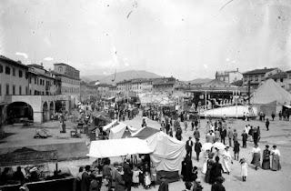 Imamgine - Bianco e nero - Fiera - Prato - Piazza Mercatale