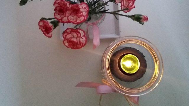 kwiaty, kwiaty cięte, goździki, świeca w słoiku, świeca, tealight