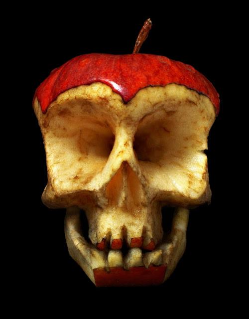 Red Apple Skull by Dimitri Tsykalov - 'Et æble om dagen holder lægen væk'