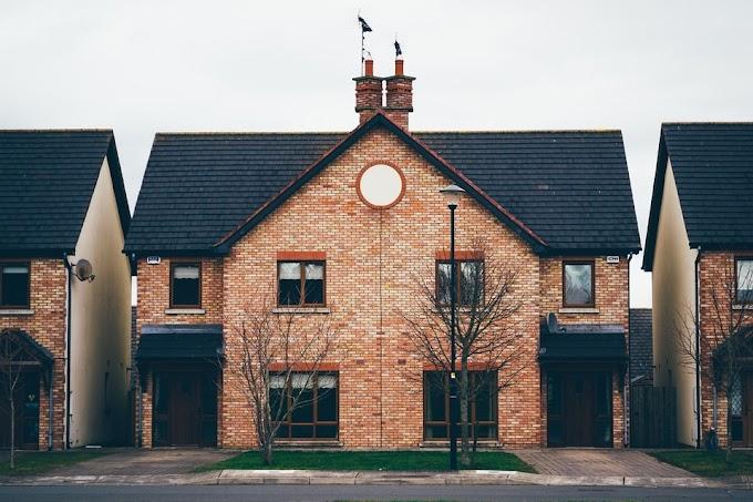 Rumah Dengan Dinding Bata Merah