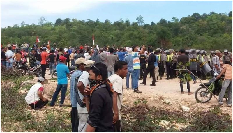 Ratusan warga melakukan aksi demonstrasi