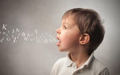 Niño hablando y saliendo letras de su boca