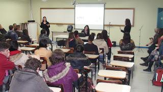O UNIFESO tem hoje matriculados dois alunos surdos no curso de Ciências Biológicas e um no curso de Pedagogia que deram as sugestões para a escolha do sinal
