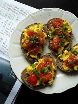 Czosnkowe grzanki z jajecznicą i pomidorkami koktajlowymi