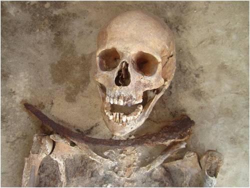Los restos de un «vampiro» encontrado en Polonia.