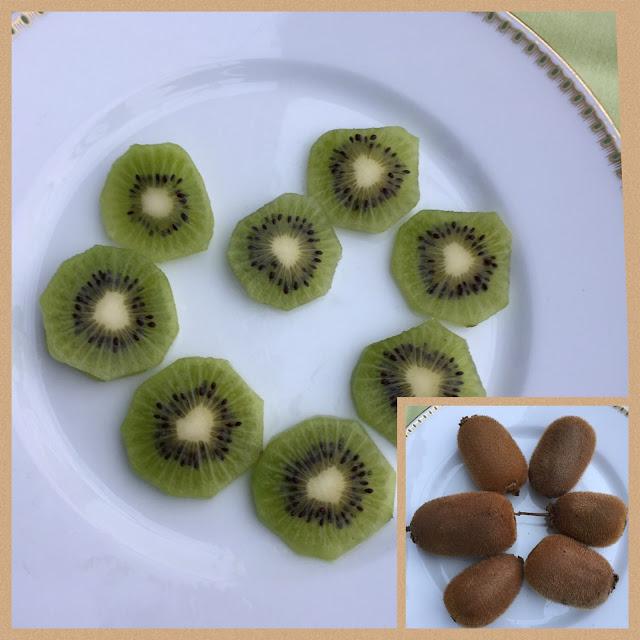aufgeschnittene Kiwi und ganze Früchte