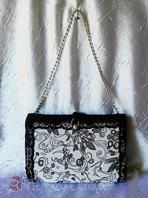 b92420c2382f Veja que nesta bolsa de festa essa união de preto com branco está bem  presente e acompanhada de uma bela harmonia entre o tecido estampado e  linda renda ...