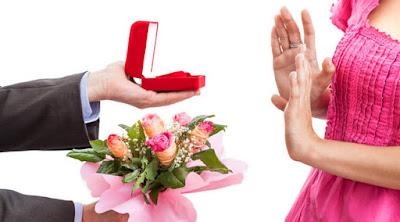 كيف تتعامل مع صدمة رفض حبيبتك وفتاتك الارتباط بك امرأة ترفض رجل يتقد يطلب يد man proposing love reject woman rejection
