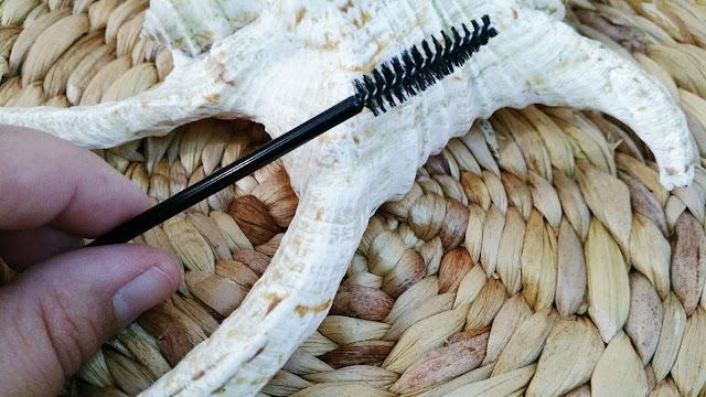 faire-pousser-les-sourcils-avec-huile-de-ricin-astuce-beaute-mama-syca-beaute