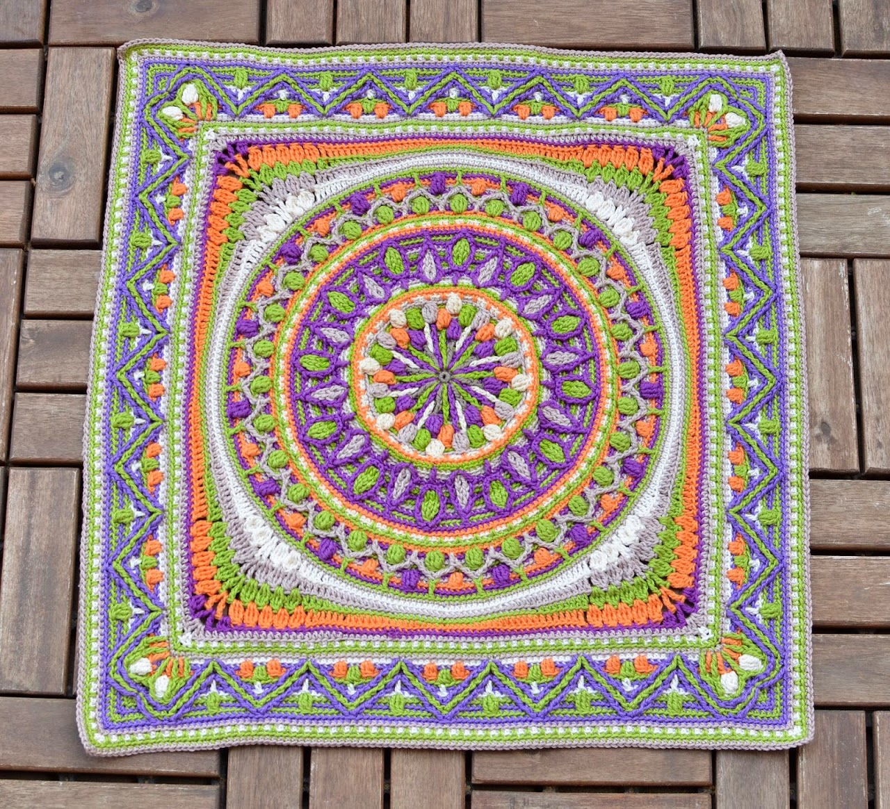 Square edge for a crochet mandala