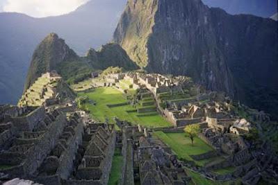 Sejarah Suku Inca   Inca merupakan sebuah kelompok klan yang mula-mula mendiami daerah Peru. Menurut legenda, asal-usul suku bangsa Inca berawal dari sekelompok anak dewa matahari, yang berasal dari sebuah gua di sebelah tenggara kota Cuzco. Bangsa Inca telah mendiami daerah Cuzco sejak kira-kira tahun 1200. tetapi sejak penaklukan oleh kekuasaan Panchacuti dalam tahun 1438, bangsa Inca mulai memperluas wilayahnya dengan menaklukan daerah-daerah sekitarnya. Akhirnya mereka membentuk suatu wilayah kekuasaan besar dan luas yang membentang dari Quito di Utara sampai Chile bagian tengah. Bahasa Inca menyebut wilayah kekuasaannya Tabuantisuyu, artinya daerah yang meliputi empat wilayah. Nama itu menunjukan bahwa seluruh wilayah kekuasaan bangsa Inca terbagi menjadi menjadi empat geografis, yang dibagi menjadi lebih dari 80 propinsi. Penguasa tertinggi berada di tangan seorang pemimpin yang dianggap sebagai wakil dewa matahari.  Kebudayaan Inca berkembang di sepanjang belahan barat Amerika Serikat terutama Peru. Bukti bukti arkeologis mengenai keberadaan kebudayaan Inca, yang berasal dari fase Killke (1200-1380), ditemukan di daerah sekitar Cuzco di dataran tinggi Peru bagian selatan. Berdasarkan hasil evakuasi terhadap sistus-situs di daerah tersebut diperoleh gambaran bahwa Inca ketika itu hanyalah merupakan suatu wilayah yang kecil saja.  Seperti halnya suku bangsa lainnya Amerika,