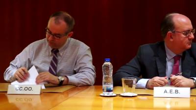 Jose María Martínez de CC.OO asina o convenio. Á dereita o representante da AEB