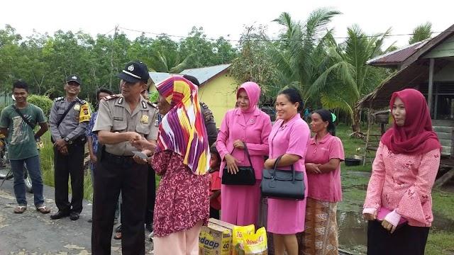 Kapolsek Rupat Utara Beserta Jajaran Bagikan Santunan Sembako Kepada Warga Desa Tanjung Medang