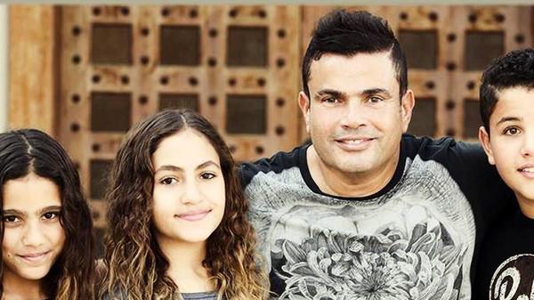 صورة هكذا هنأ عمرو دياب توأمه عبد الله وكنزي بعيد ميلادهما