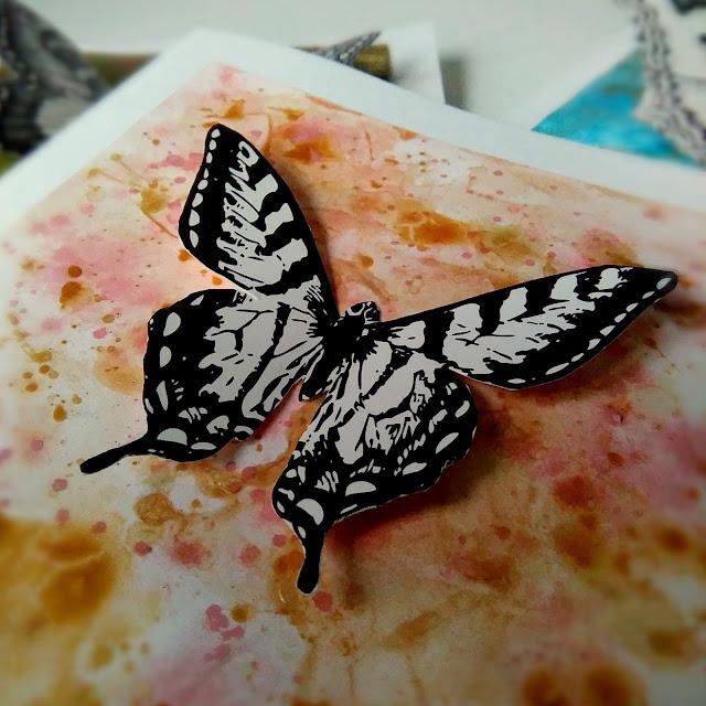 różowa kartka z motylem