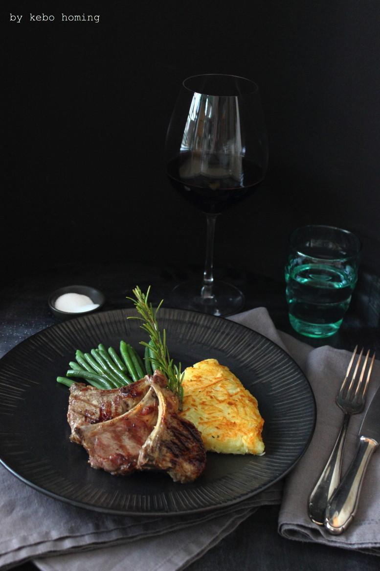 Feine marinierte gegrillte Lammkoteletts mit Kartoffelrösti und grünen Bohnen, dazu ein Glas Südtiroler Rotwein, Rezept auf dem Südtiroler Food- und Lifestyleblog kebo homing, Foodstyling und Fotografie