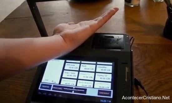 Pagando con microchip implado en la mano