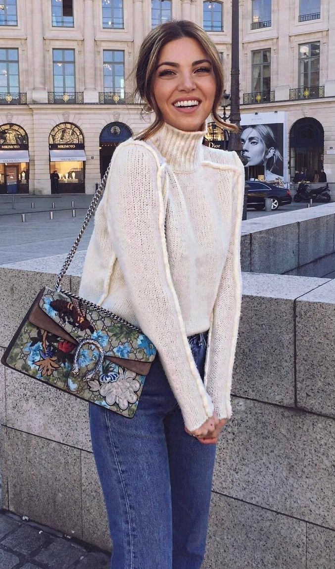 how to style a white sweater : printed bag + jeans