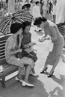 http://federer7.tumblr.com/post/166462421461/hong-kong-1952-three-women-at-the-races