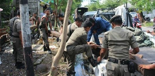 Satpol PP Padang Tertibkan Lapak PKL di Padang Selatan