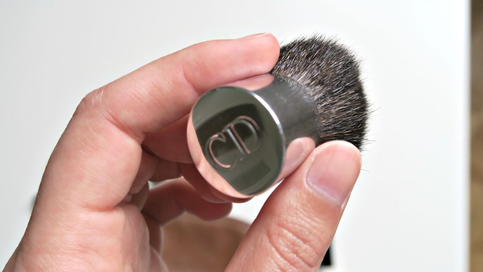 mini pinceau kabuki de la marque dior en poils naturels